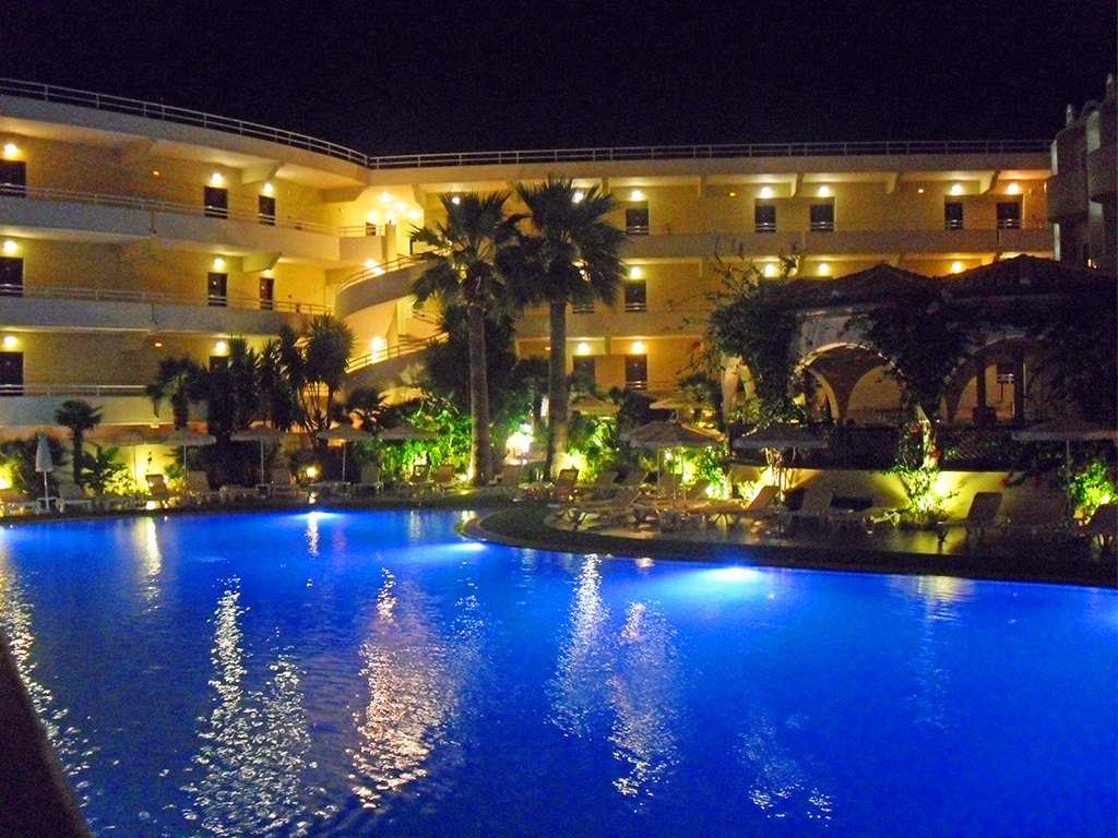 Hotel Kalithea Mare Palace - beleuchteter Pool bei Nacht